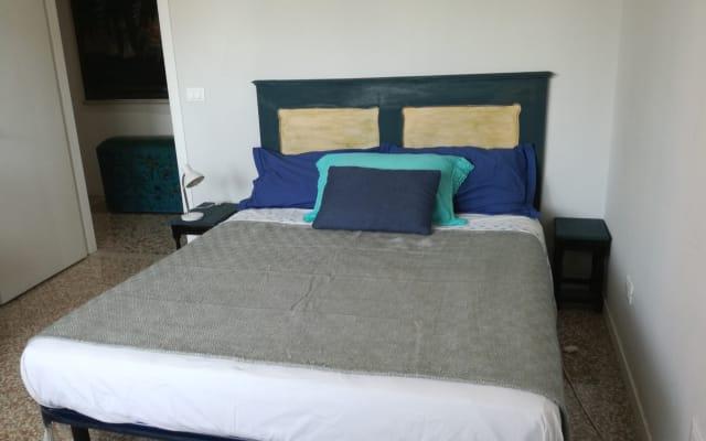 Habitación con cama doble en apartamento cerca de la estación de tren...