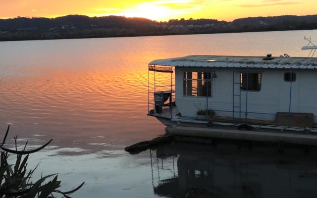 Floating bungalow in Provence (nearby Avignon and Arles)