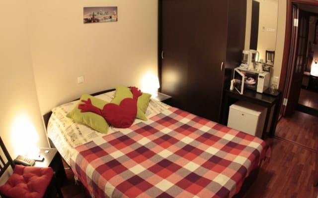 Une chambre confortable dans un hôtel familial convivial avec salle de