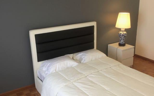 Chambre minimaliste, calme et tranquille.