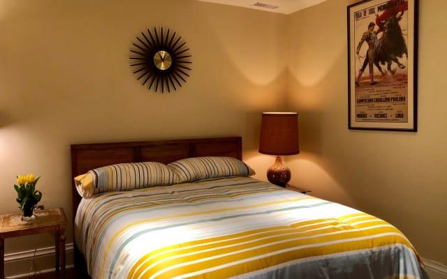 Habitación cómoda en Laneway House, con baño privado