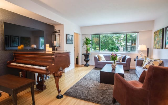 Large, private room in spacious townhouse