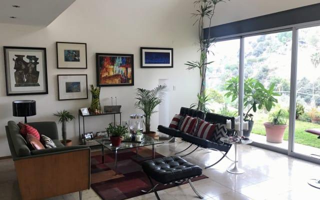 Komfortables Zimmer in einem modernen Haus in einer Wohnanlage.