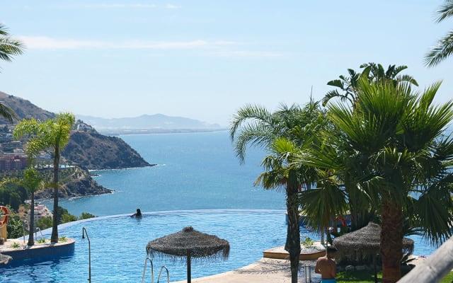 Maison adossée avec vue sur mer, terrasse, 2 piscines à patager