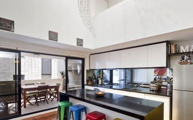 Habitación doble privada en apartamento moderno de 2 pisos en Surry...