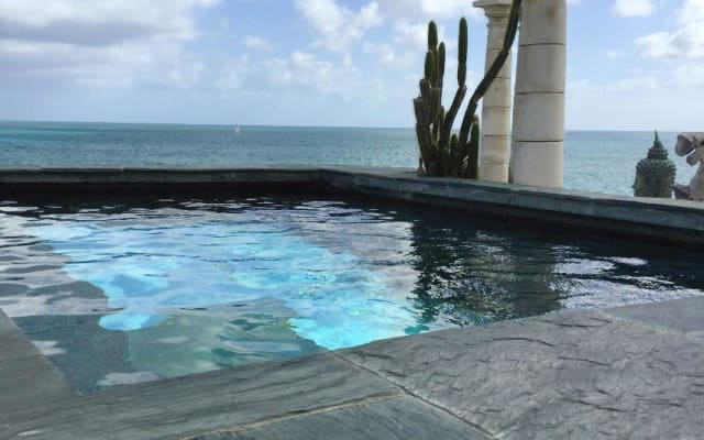 FIG Paradis ocean front pool and jacuzzi