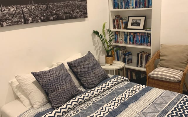 Double room in newly refurbished apartment in trendy Poble Sec.