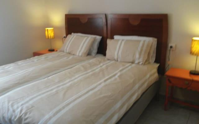 Quarto privado com 2 camas de solteiro