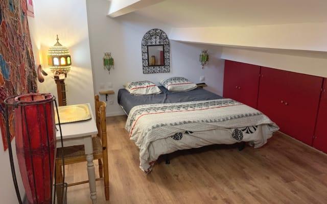 Chambre climatisé sous les toits dans petite villa avec piscine