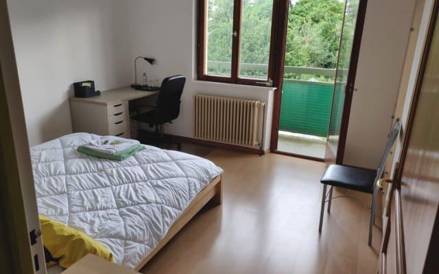 Camera da letto per 2 persone in una grande casa vicino ai trasporti