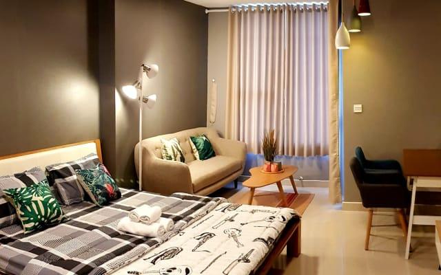 Charming Studio Apartment No.7 - 1 Bed, River View, Free Pool & Gym.