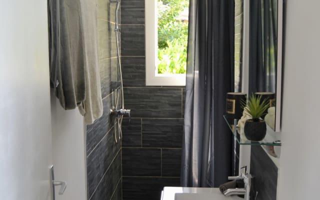 Appartement en villa RDJ avec piscine au calme
