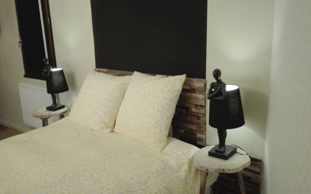 Apartamento de 1 dormitorio, sala de estar y baño renovados