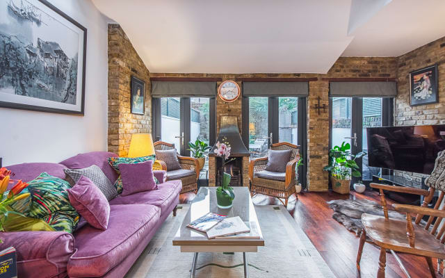 Snuggle by the Fireplace in Comfortable Vauxhall ApartmenLondon Zone 1