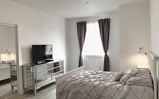 Cama y baño de lujo en suite + espacio de vida compartido