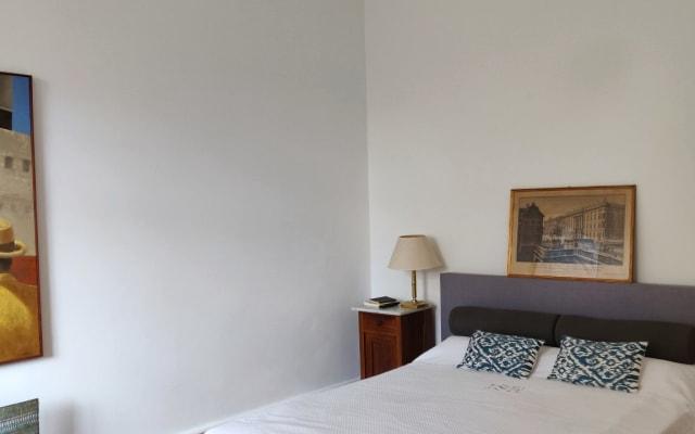 Charmoso quarto em apartamento antigo recentemente renovado no centro...