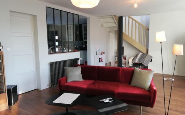 Quarto privado e sala de estar na moradia