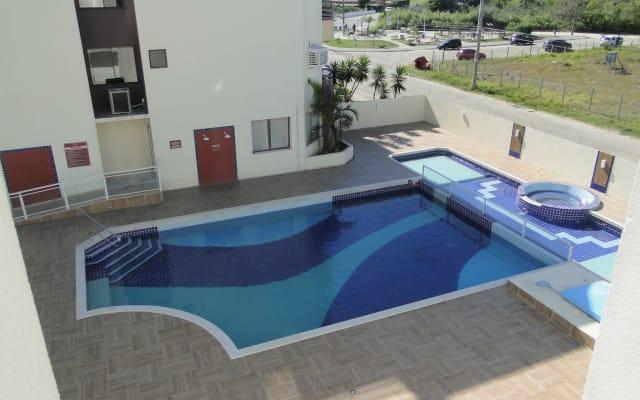 Conforto, piscina, praia e alegria 50m do mar. Apto 415