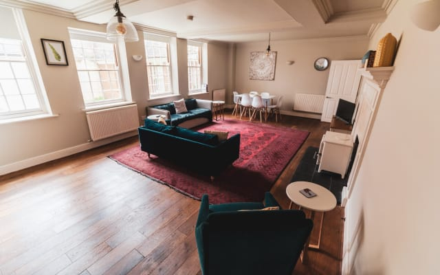 City on your Doorstep | 2 Bed | Parking