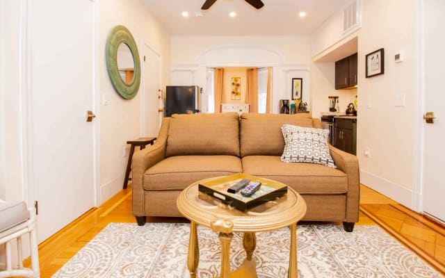 Renovated Chic 1 Bed, Sleeps 4, Steps to Transit
