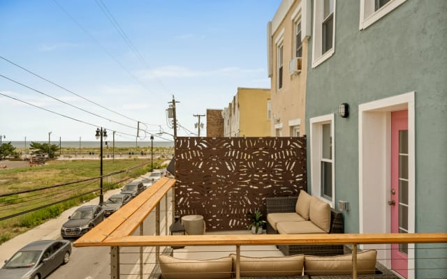 beach block deck with ocean views, sleeps 4