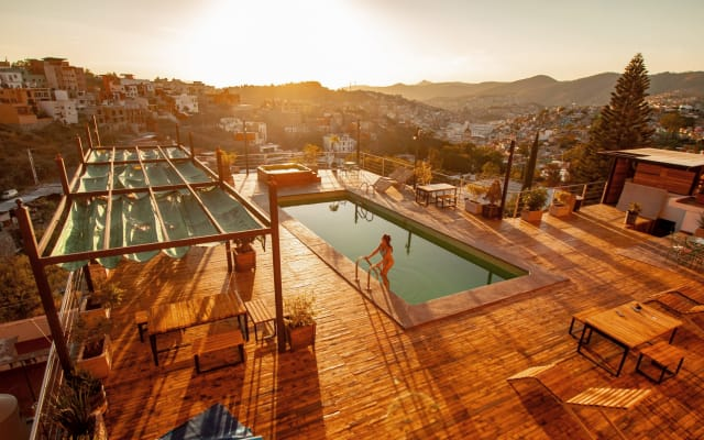 Pool & Whirlpool & Die beste Aussicht auf die Stadt