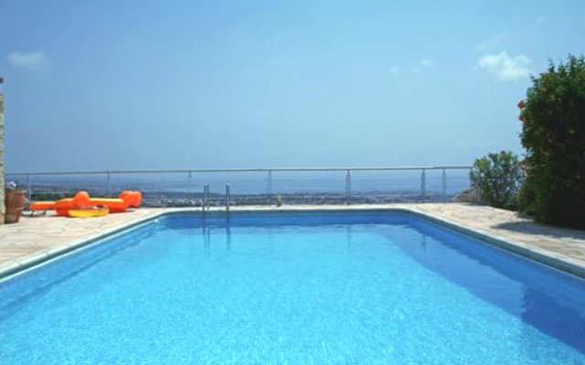 1 o 2 habitaciones en villa con increíbles vistas sobre Paphos + Pool