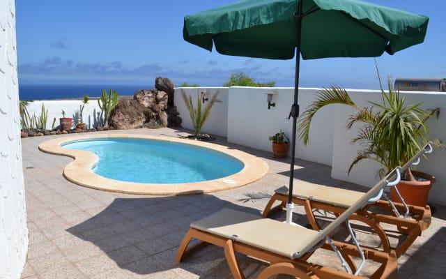 Villa con piscina e vista al mar