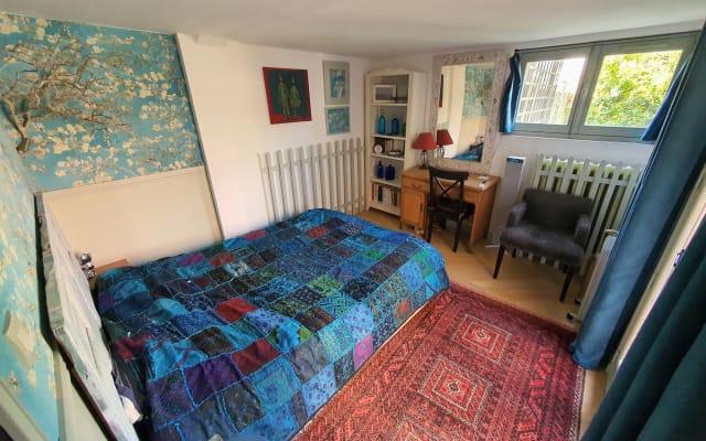 Chambre chaleureuse, fraîche et calme, sur patio et jardin