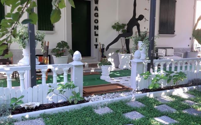 Maison entière entourée de verdure au centre de Bologne