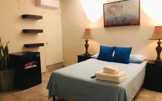 Habitación súper privada con baño, tv y aire acondicionado.