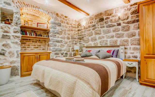 Old Town Cozy & Stylish Studio with Antique Vibe and Seaview Terraces