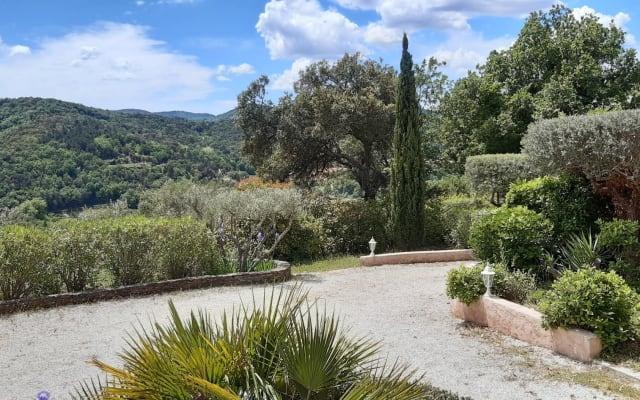 Villa Côte d'Azur face aux massifs des Maures
