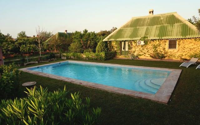 Casita en jardín con piscina