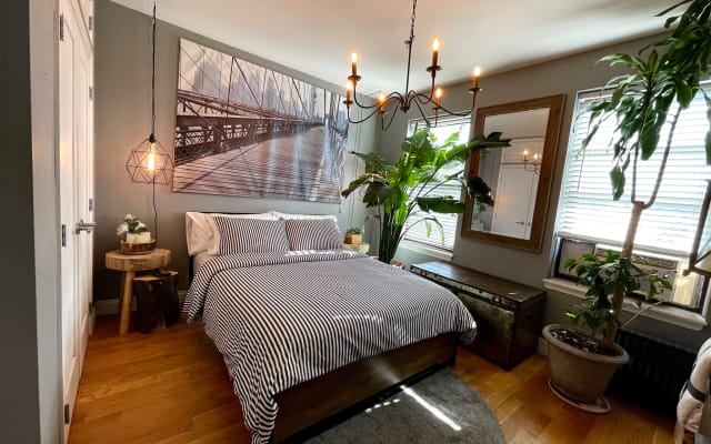 LARGE COZY ROOM IN WOODSIDE APARTMENT