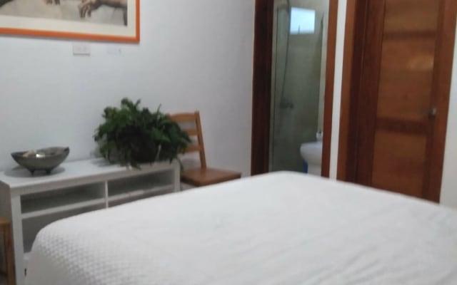 Quarto confortável com closet e banheiro privativo