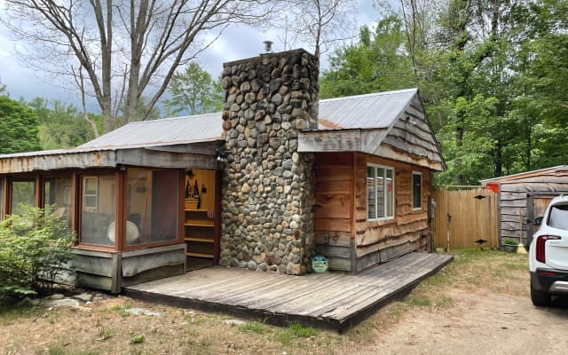 Cabin Fever Retreat with Jacuzzi Spa
