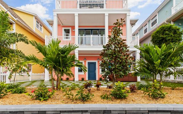 Pink House Gulfport! Luxurious, Spacious, Fun, Sleeps 9, Oh So Fine!