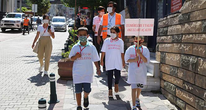 Minik öğrenciler maske takmayanları kırmızı düdükle uyardı