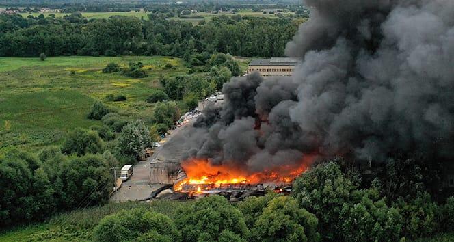 Polonya'da plastik deposunda korkutan yangın
