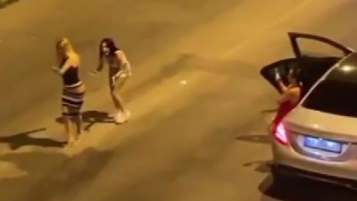 Antalya'da 3 kadının cadde ortasındaki dansı kamerada