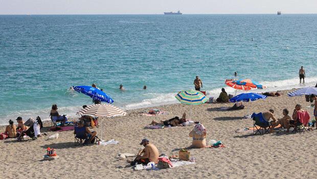 Antalya'da sıcak hava ve yüksek nem sonrası sahiller doldu
