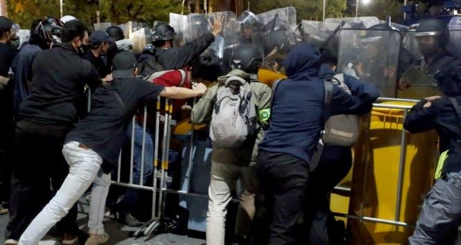 Tayland'da hükümet karşıtı gösteriler sırasında acil durum ilan edildi