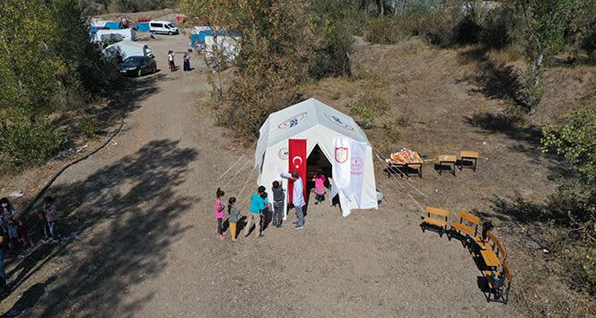 Ziraat işçilerinin evlatları için 'çadır okul' kuruldu