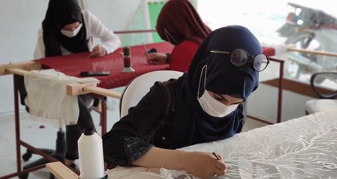 Savaştan kaçan bayanlar genç kızların hayallerine ortak oluyor