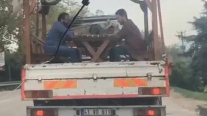 Bursa'da seyir halindeki kamyonetin kasasında tavla tadı