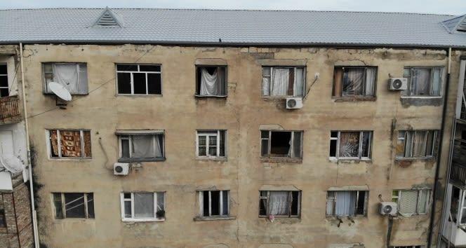 Gence'de roket saldırısı sonucu camları kırılan savaşzedeler kırılan camlarını naylon ve kilimle örttü
