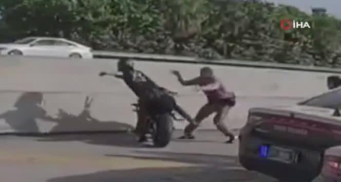ABD'de polis, motor sürücüsünün üstüne atladı