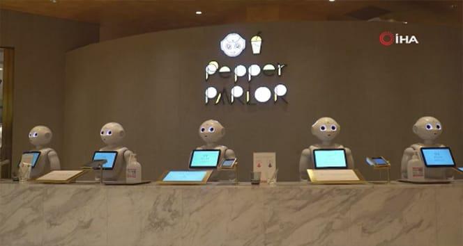 Japonya'da robot garsonlar vazife başlangıcında