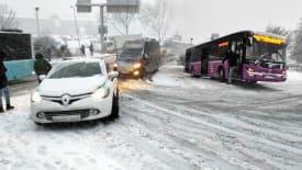 İstanbul'da kar aniden bastırdı, araçlar yolda kaldı!